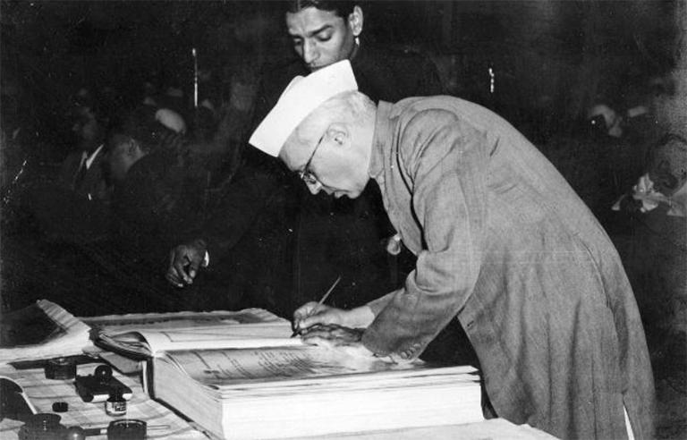 ജവാഹർലാൽ നെഹ്റു ഭരണഘടനയിൽ ഒപ്പുവയ്ക്കുന്നു