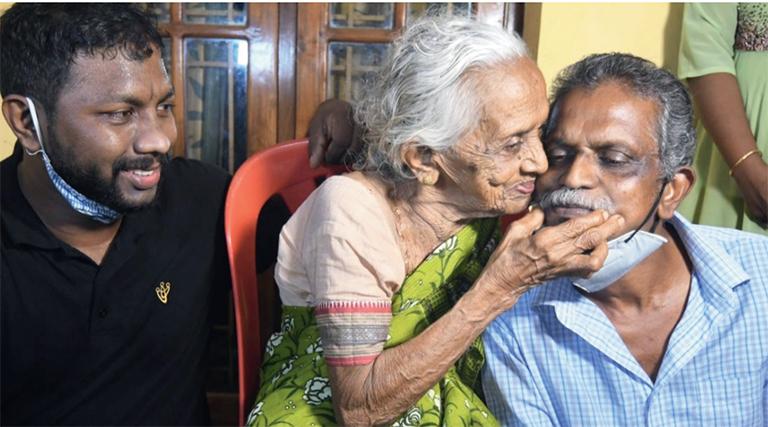 ഓണം ബമ്പർ നേടിയ ഓട്ടോ ഡ്രൈവർ ജയപാലൻ അമ്മ ലക്ഷ്മി, മകൻ വൈശാഖ് എന്നിവർക്കൊപ്പം സന്തോഷം പങ്കിടുന്നു