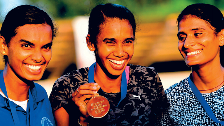 800 മീറ്ററിൽ സ്വർണം നേടിയ പി യു ചിത്രയ്ക്കൊപ്പം (നടുവിൽ) വെള്ളി നേടിയ ജെസിയും (ഇടത്ത്) വെങ്കലം നേടിയ യുപിയുടെ പ്രമീള യാദവും