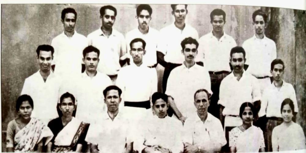 1964 ൽ ബിഷപ്പ് മൂർ  കോളേജ് സ്ഥാപിച്ചപ്പോൾ, ഉണ്ടായിരുന്ന അധ്യാപകർക്കൊപ്പം പ്രിൻസിപ്പൽ റവ. കെ സി മാത്യു (ഇരിക്കുന്നതിൽ നടുവിൽ)