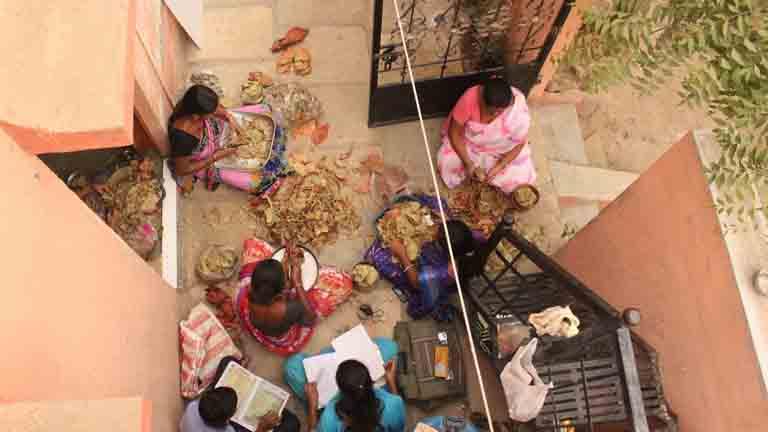 സോലാപ്പൂരിലെ ബീഡിത്തൊഴിലാളികളും കുട്ടികളും.