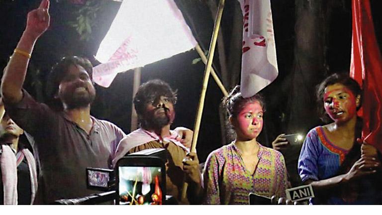 ജെഎന്യു വിദ്യാര്ഥി യൂണിയന് തെരഞ്ഞെടുപ്പില് വിജയിച്ച ഗീതകുമാരി(പ്രസിഡന്റ്), സിമന് സോയ ഖാന്(വൈസ് പ്രസിഡന്റ്), ദുഗ്ഗിരാല ശ്രീകൃഷ്ണ (ജനറല് സെക്രട്ടറി), സുഭാന്ഷു സിങ്(ജോയിന്റ് സെക്രട്ടറി) എന്നിവര് ആഹ്ളാദം പ്രകടിപ്പിക്കുന്നു