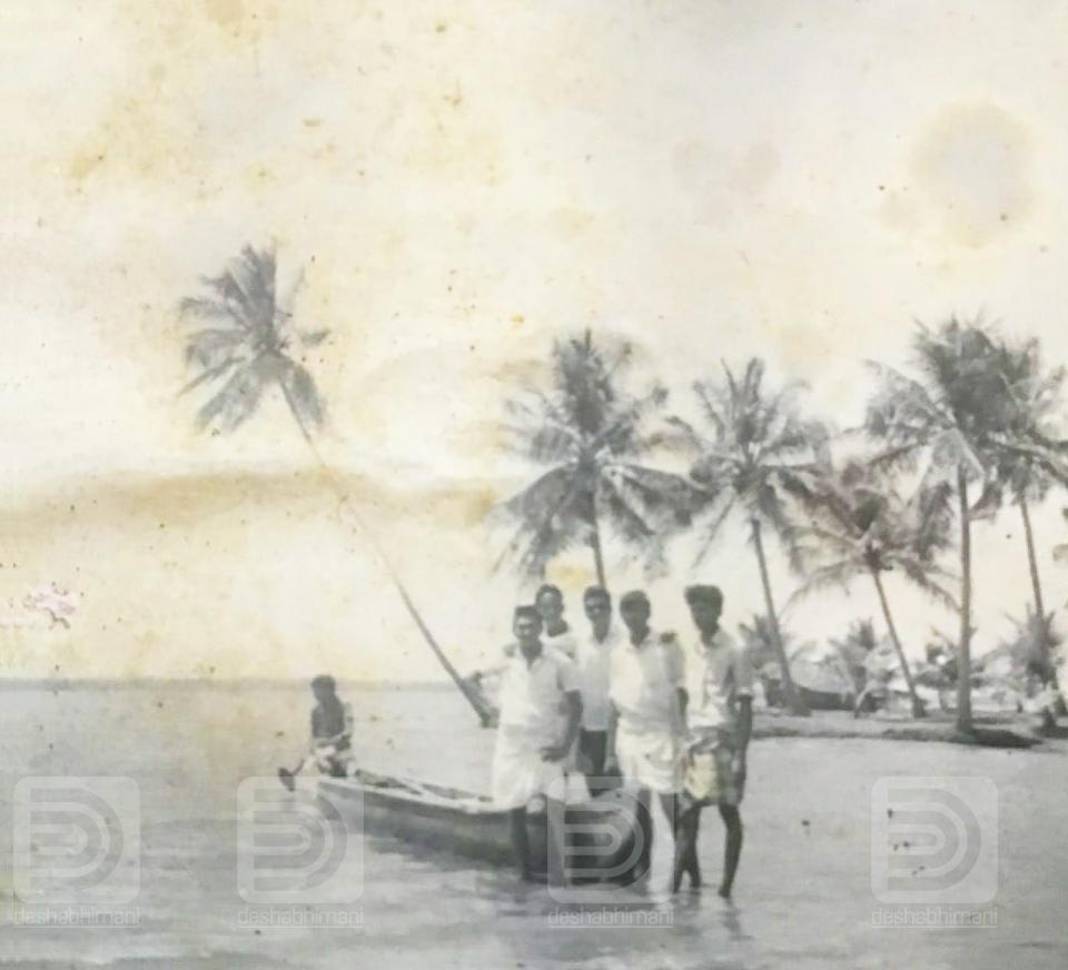 വൈക്കം കായലിൽ.. വള്ളം തുഴയുന്നത് മമ്മൂട്ടി. കൂടെ ജമാൽ കാസിം, ഉസ്മാൻ, ഉമ്മർ, ഷംസു, മുഹമ്മദ് അലി.  ഫോട്ടോ. മഹാരാജാസ് കോളേജിലെ മുൻ അധ്യാപകൻ അബ്ദുള്ളക്കുട്ടി