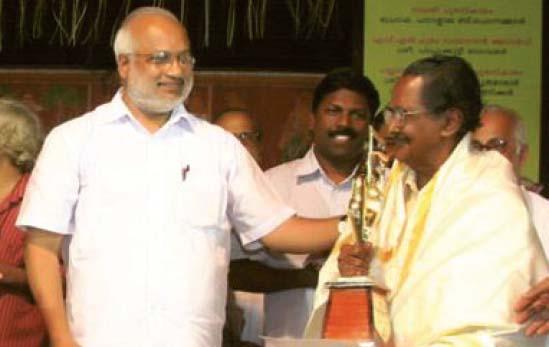 എം എ ബേബി സാംസ്കാരിക മന്ത്രിയായിരിക്കെ സാംസ്കാരിക വകുപ്പിന്റെ  പുരസ്കാരം പാപ്പുക്കുട്ടി ഭാഗവതർക്ക് സമ്മാനിക്കുന്നു
