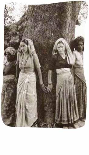 ചിപ്കോ സമരകാലത്ത്  മരത്തെ  സംരക്ഷിക്കുന്ന സ്ത്രീകള്
