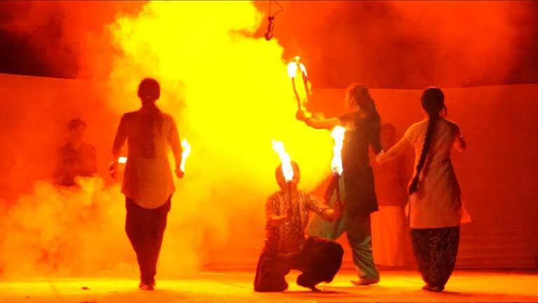 പട്ടാമ്പി കോളജിലെ കവിതാ കാര്ണിവലില് സംസ്കൃത കോളജ് നാടകസംഘം അവതരിപ്പിച്ച സമരം, കേരളം, കവിത രംഗാവിഷ്കാരത്തില് നിന്ന്