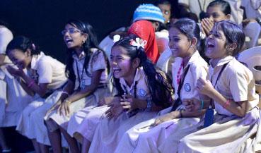 മാജിക് പ്ലാനറ്റിലെ  എംപവർ ടീമിന്റെ പ്രകടനം ആസ്വദിക്കുന്ന സ്കൂൾ വിദ്യാർഥികൾ