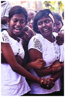 സ്ഫോടനപരമ്പരയിൽ ബന്ധുക്കൾ നഷ്ടപ്പെട്ടവരുടെ വിലാപം