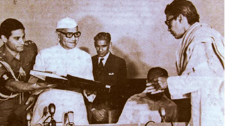 രാഷ്ട്രപതി ഫക്രുദ്ദീൻ അലി അഹമ്മദിൽനിന്ന് ഭരത് അവാർഡ് ഏറ്റുവാങ്ങുന്ന പി ജെ ആന്റണി (1973)