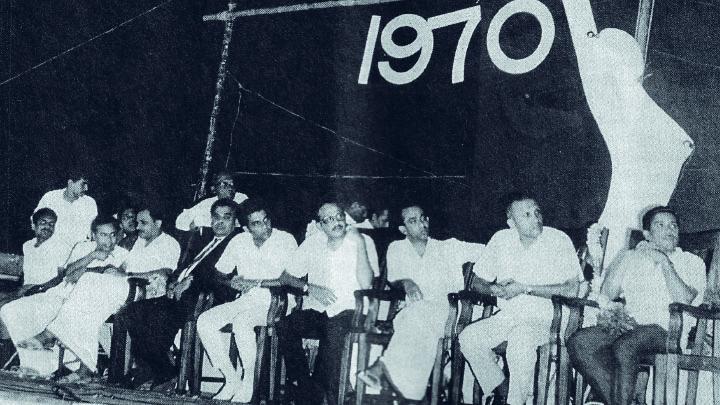 1970ൽ കൊല്ലത്ത് നടന്ന മലയാളനാടിന്റെ അവാർഡ് നിശയുടെ വേദി.  ഇരിക്കുന്നവരിൽ ഇടത്തുനിന്ന് മൂന്നാമത് എം ടി,  അടൂർ ഭാസി, യേശുദാസ്, ബഹദൂർ തുടങ്ങിയവർ