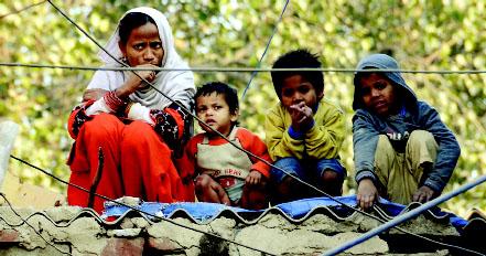 കോളനി മതില് പൊളിക്കാന് ബുള്ഡോസര് എത്തിയപ്പോള് ആശങ്കയോടെ ഒരു കുടുംബം