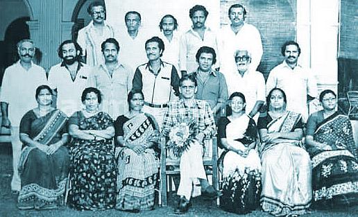 ആകാശവാണിയിലെ ഒരു യാത്രയയപ്പ് വേളയില് പി പത്മരാജന് (രണ്ടാം നിരയില് ഇടത്തുനിന്ന് രണ്ടാമത്)