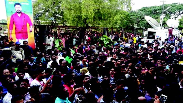 ആലുവ സബ്ജയിലിന് മുന്നില് ദിലീപ് ആരാധകര് തടിച്ചുകൂടിയപ്പോള്