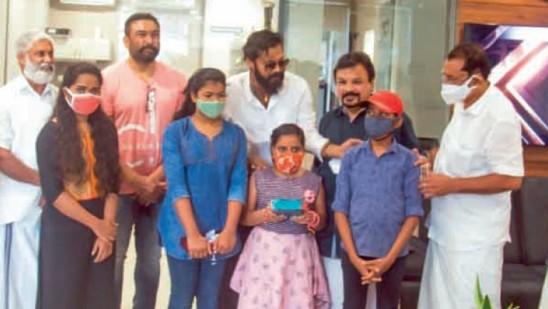 Star organization mother gives mobile phone to children |  Kerala |  Deshabhimani